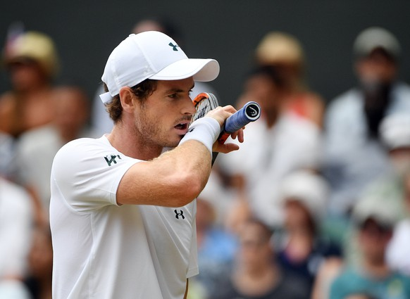 epa06079336 Andy Murray of Britain plays Benoit Paire of France in their fourth round match during the Wimbledon Championships at the All England Lawn Tennis Club, in London, Britain, 10 July 2017.  EPA/FACUNDO ARRIZABALAGA EDITORIAL USE ONLY/NO COMMERCIAL SALES