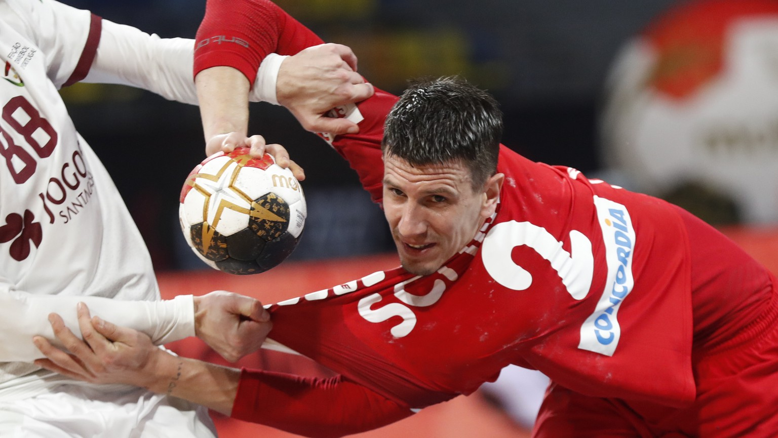 epa08958156 Andy Schmid (R) of Switzerland in action against Fabio Magalhaes of Portugal during the Main Round match between Switzerland and Portugal at the 27th Men's Handball World Championship in Cairo, Egypt, 22 January 2021.  EPA/Petr David Josek / POOL
