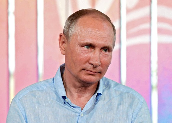 epa06153646 Russian President Vladimir Putin attends the annual Tavrida National Youth Educational Forum at Bakalskaya Spit in Crimea, 20 August 2017. EPA/ALEXEI DRUZHININ / SPUTNIK / KREMLIN POOL MANDATORY CREDIT