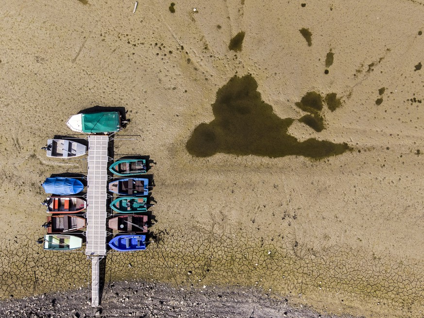 BILDPAKET -- ZUM JAHRESRUECKBLICK 2018 SEPTEMBER, STELLEN WIR IHNEN HEUTE FOLGENDES BILDMATERIAL ZUR VERFUEGUNG -- Stranded boats are pictured on the dried out shore of the Lac des Brenets in Les Brenets, Switzerland, this Tuesday, September 18, 2018. The lake is currently seven metres below its usual level and loses an average of 16 centimetres of water per day. This is a consequence of the drought that struck Switzerland at the end of the summer. (KEYSTONE/Anthony Anex)
