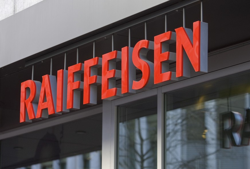 ARCHIVBILD ZUR PUBLIKATION DER HALBJAHRESZAHLEN VON RAIFFEISEN, AM MITTWOCH, 21. AUGUST 2019 - View of the logo of the Raiffeisen bank above the entrance of the branch in St. Gallen, Switzerland, pictured on February 8, 2008. The cooperatively structured Raiffeisen bank group established itself as the third biggest bank group with 1154 branches and is one of the leading retail banks in Switzerland. The first Raiffeisen savings bank in Switzerland was established in Bichelsee in the canton of Thurgau in 1899 to shut off the interest profiteering for the rural population and small businesses. Ten banks founded the cooperative Swiss Association of the Raiffeisen Banks (SVRB) in 1902. The headquarters was established in St. Gallen in 1936. (KEYSTONE/Gaetan Bally)..Logo der Bank Raiffeisen am Eingang der Filiale in St. Gallen, Schweiz, aufgenommen am 8. Februar 2008. Die genossenschaftlich strukturierte Raiffeisenbankengruppe etablierte sich mit 1154 Filialen als drittgroesste Bankengruppe der Schweiz und gehoert zu den fuehrenden Retailbanken. 1899 entstand die erste Raiffeisenkasse der Schweiz in Bichelsee im Kanton Thurgau, um den Zinswucher fuer die laendliche Bevoelkerung und das Kleinunternehmen auszuschalten. 1902 gruendeten zehn Institute den Schweizerischen Raiffeisenverband (SVRB). 1936 liess sich der Verband in St. Gallen nieder. (KEYSTONE/Gaetan Bally)
