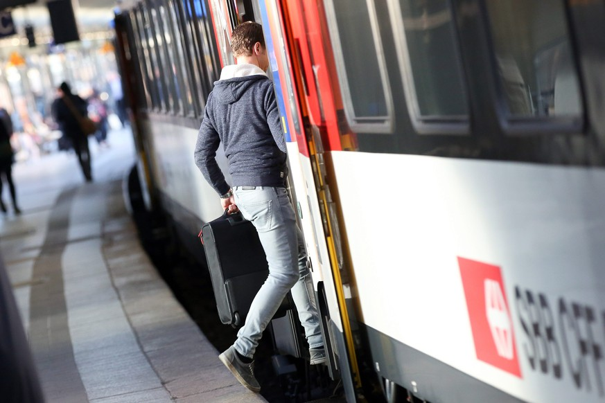 epa04758515 A passenger boards a train of Swiss railway operator SBB from Hamburg to Zurich at the central railway station of Hamburg, Germany, 20 May 2015. The German train drivers' union GDL has launched an open-ended strike.  EPA/BODO MARKS