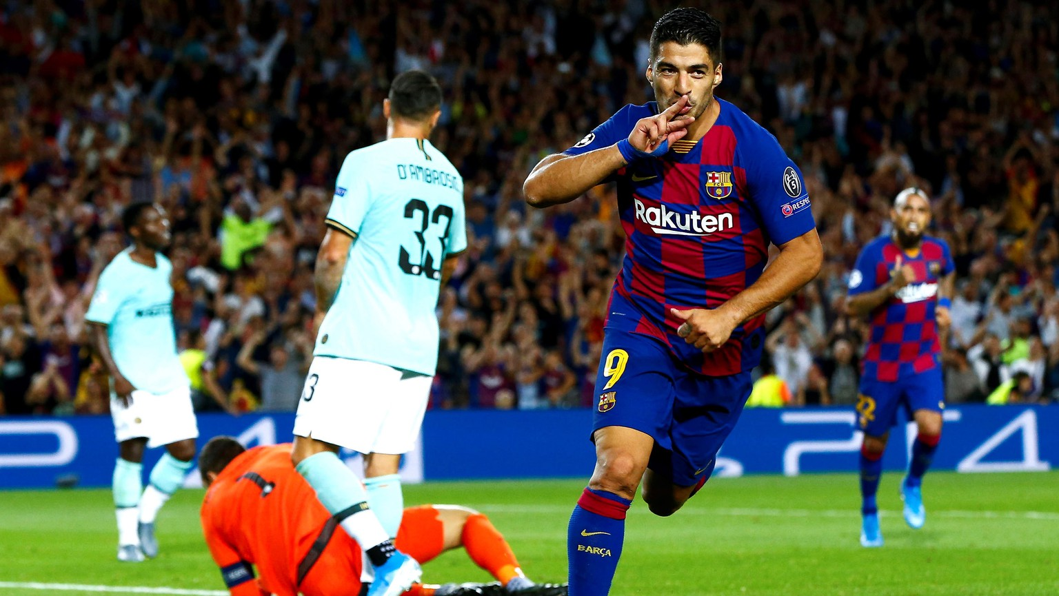 epaselect epa07890590 FC Barcelona's forward Luis Suarez celebrates after scoring the 2-1 goal during the UEFA Champions League group F soccer match between FC Barcelona and FC Internazionale at Camp Nou Stadium in Barcelona, Catalonia, Spain, 02 October 2019.  EPA/Enric Fontcuberta