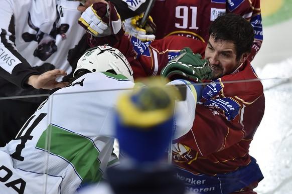 epa04543462 Geneva's Roland Gerber (R) clashes with Ufa's Arturs Kulda during the final match between Switzerland's Geneve Servette HC and Russia's HC Salavat Yulaev Ufa at the 88th Spengler Cup ice hockey tournament in Davos, Switzerland, 31 December 2014.  EPA/PETER SCHNEIDER