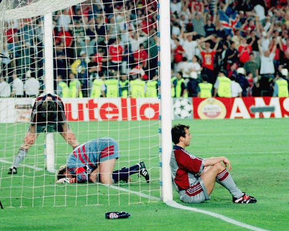 Bayern Munich players Michael Tarnat, Oliver Kahn and Mehmet Scholl (from left) react in dejection after they lost 1-2 in the Champions League final against Manchester United late Wednesday, May 26, 1999, at Camp Nou stadium in Barcelona. Manchester scored their two goals in the last minutes. (KEYSTONE/EPA PHOTO/EFE/ANDREU DALMAU)