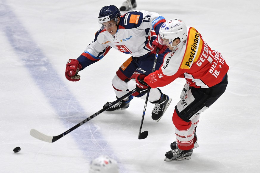 epa05619690 Switzerland's Patrick Geering (R) fights for the puck against Slovakia's Bruno Mraz during the Ice Hockey Deutschland Cup match Switzerland vs Slovakia at the Curt-Frenzel-Eisstadion in Augsburg, Germany, 06 November 2016.  EPA/PETER SCHNEIDER