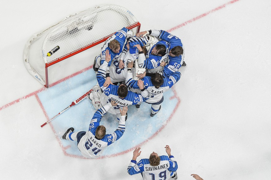 epa07604326 Players of Finland celebrate after winning the IIHF World Championship ice hockey final between Canada and Finland at the Ondrej Nepela Arena in Bratislava, Slovakia, 26 May 2019. Finland won 3-1.  EPA/CHRISTIAN BRUNA