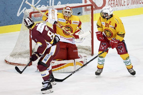 Geneve-Servette's center Kevin Romy, left, scores the 2:0 against Tigers' goaltender Ivars Punnenovs #74, of Latvia, past Tigers' center Pascal Berger, right, during a National League regular season game of the Swiss Championship between Geneve-Servette HC and SCL Tigers, at the ice stadium Les Vernets, in Geneva, Switzerland, Tuesday, January 2, 2018. (KEYSTONE/Salvatore Di Nolfi)