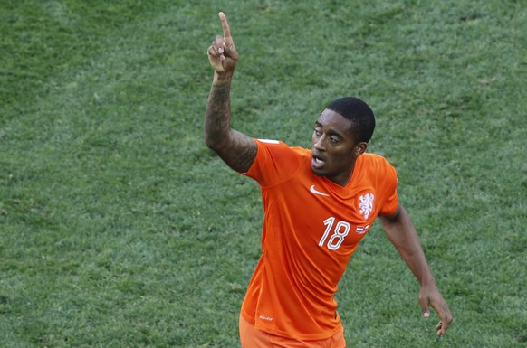 Leroy Fer of the Netherlands celebrates after scoring his team's first goal against Chile during their 2014 World Cup Group B soccer match at the Corinthians arena in Sao Paulo June 23, 2014.   REUTERS/Paulo Whitaker (BRAZIL  - Tags: SOCCER SPORT WORLD CUP)