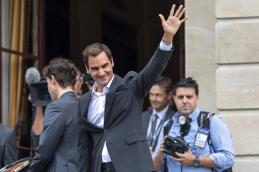 epa07850525 Team Europe's Roger Federer, greet the fans, during the official welcome ceremony together with other tennis players ahead of the Laver Cup in Geneva, Switzerland, 18 September 2019. The competition will pit a team of the best six European players against the top six from the rest of the world. The Laver Cup edition is scheduled for Sept. 20-22 at the Palexpo in Geneva. The Laver Cup is named after the Australian tennis legend Rod Laver.  EPA/MARTIAL TREZZINI