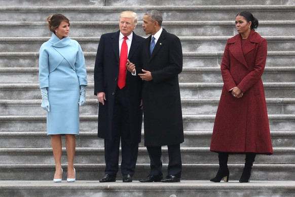 epa05735759 US President Donald J.Trump and former US president Barack Obama stand on the steps of the US Capitol with First Lady Melania Trump and Michelle Obama in Washington, DC, USA, 20 January 2017. Trump won the 08 November 2016 election to become the next US President.  EPA/Rob Carr / POOL