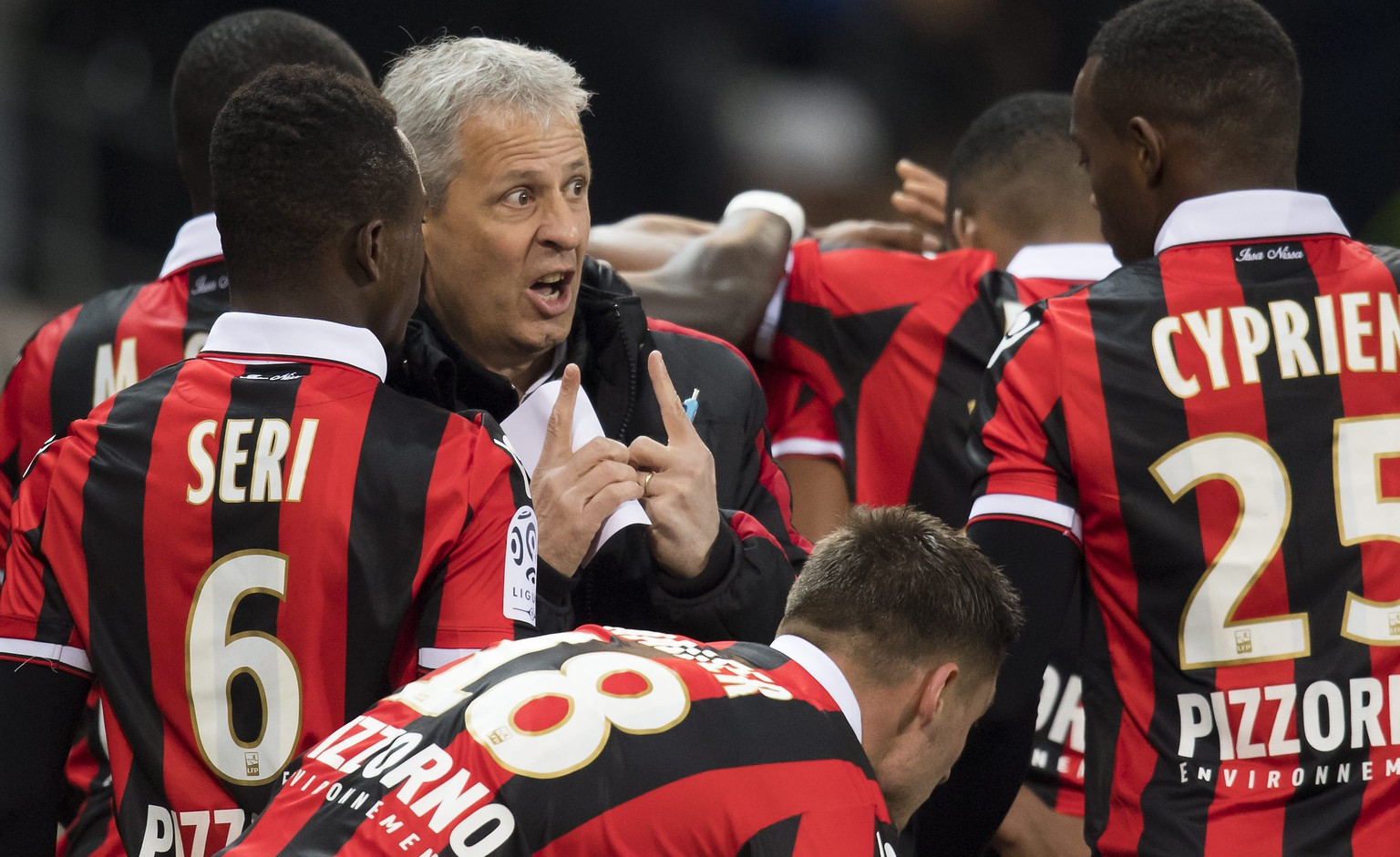epa05660115 OGC Nice's Swiss head coach Lucien Favre talks to his players during the French Ligue 1 soccer match, between OGC Nice and  Toulouse FC, at the Allianz Riviera stadium, in Nice, France, Sunday, December 4, 2016.  EPA/JEAN-CHRISTOPHE BOTT