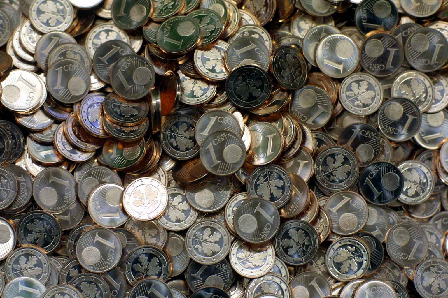 One Cent coins of the Euro photographed in a German government mint in Berlin October 4, 2001. From January 1, 2002 , in the most States of the European Union the Euro will be the new currency. (KEYSTONE/AP Photo/Markus Schreiber)