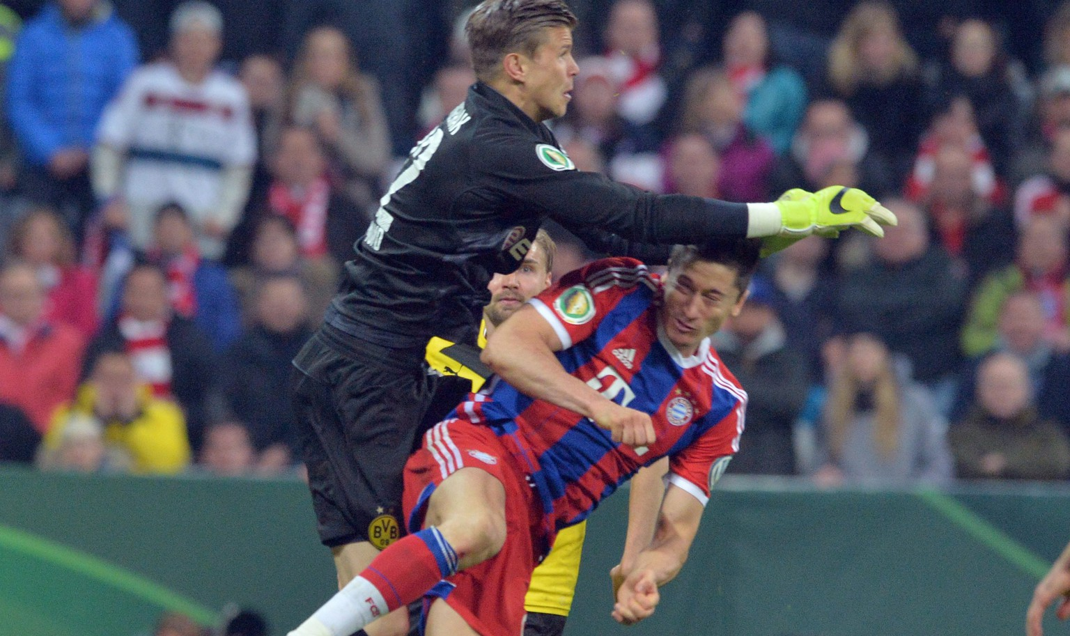 epa04724770 Robert Lewandowski (r) of Munich and goalkeeper Mitchell Langerak (l) of Dortmund during the German DFB Cup semi final match between FC Bayern Munich vs Borussia Dortmung in Munich, Germany, 28 April 2015.