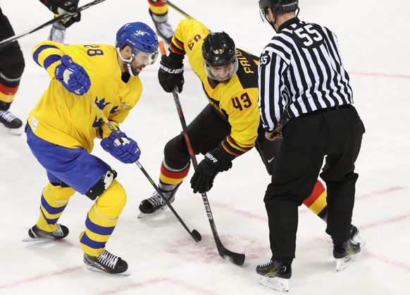 epa06549860 Dick Axelsson (L) of Sweden in action against Gerrit Fauser (C) of Germany during the men's play-offs Quarterfinals match between Sweden and Germany inside the Kwandong Hockey Centre at the PyeongChang Winter Olympic Games 2018, in Gangneung, South Korea, 21 February 2018.  EPA/TATYANA ZENKOVICH