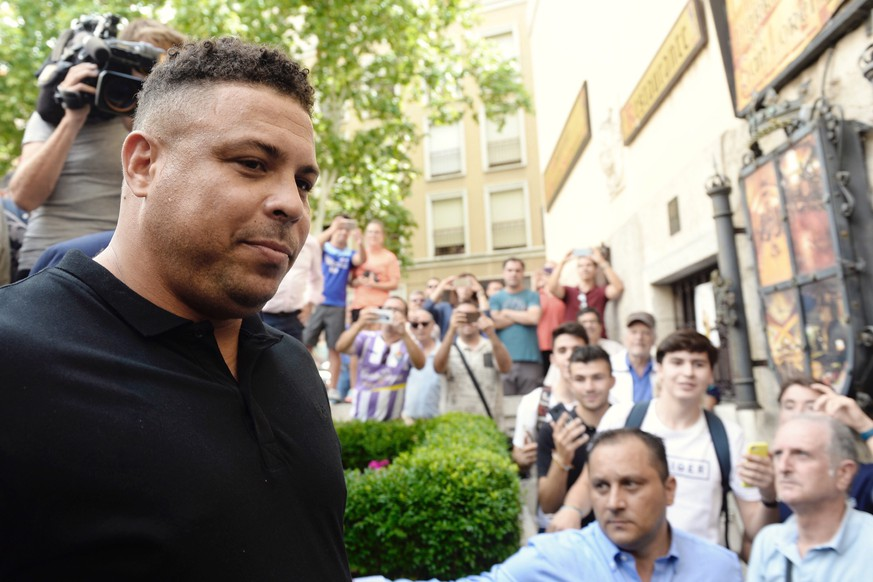 epa06994386 Brazilian former soccer player Ronaldo Nazario de Lima (L) arrives to a local restaurant at the end of a ceremony for his presentation ceremony as the major shareholder of Spanish Primera Division League's team Real Valladolid, in Valladolid, Spain, 03 September 2018.  EPA/NACHO GALLEGO