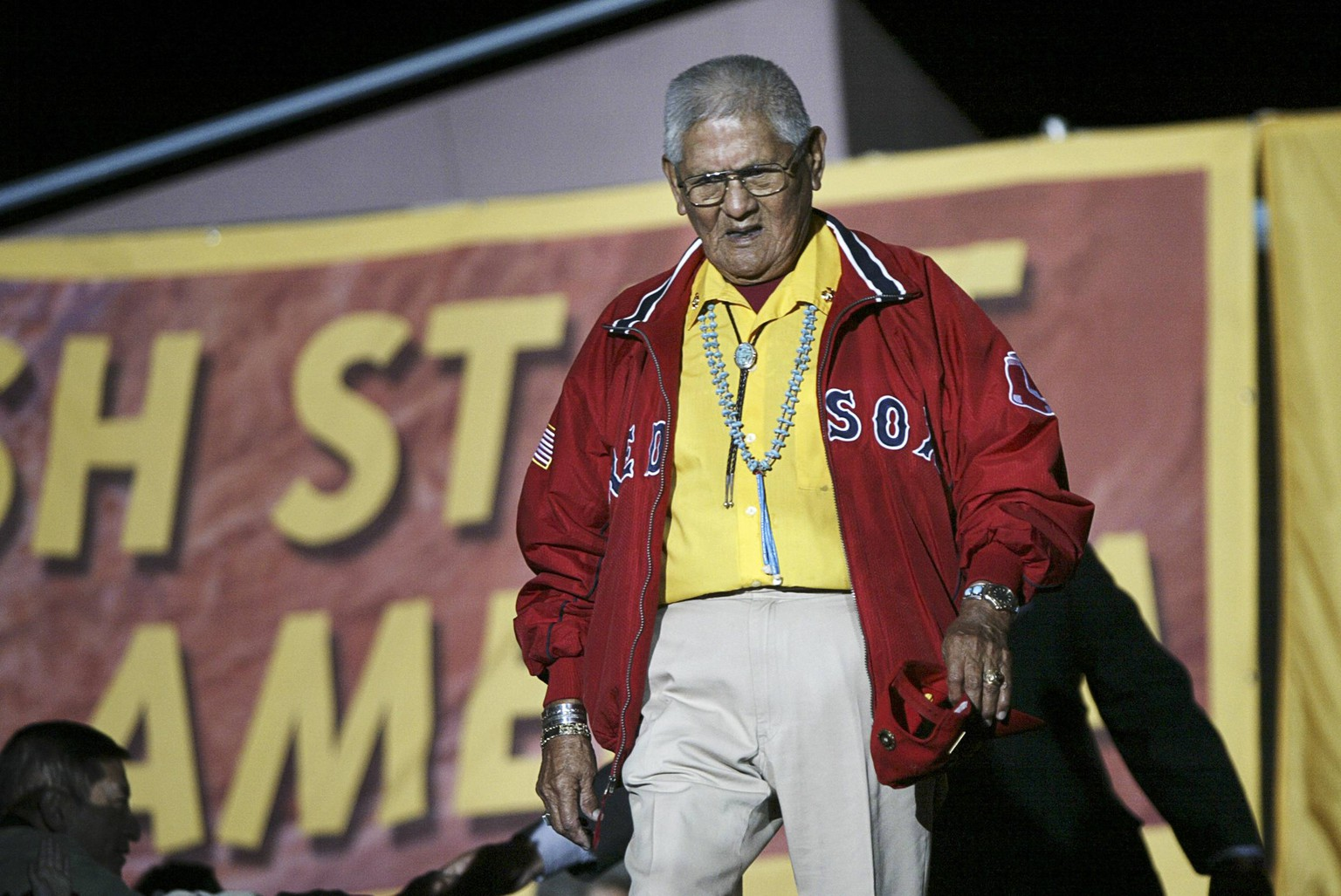 World War II Navajo code talker Chester Nez takes the stage at a campaign rally with Democratic presidential nominee John Kerry in Albuquerque, New Mexico in this October 26, 2004 file photo.  Nez, the last of 29 Navajo Americans who developed a code that helped Allied forces win the second World War died in New Mexico June 4, 2014 at the age of 93, according to local media reports. REUTERS/Brian Snyder/Files  (UNITED STATES - Tags: SOCIETY MILITARY)