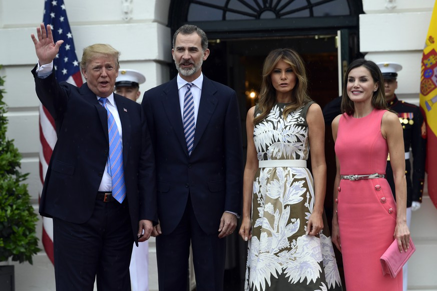 President Donald Trump, left, waves after posing for a photo with Spain's King Felipe VI, second from left, first lady Melania Trump, third from right, and Queen Letizia, right, on the South Lawn of the White House in Washington, Tuesday, June 19, 2018. (AP Photo/Susan Walsh)