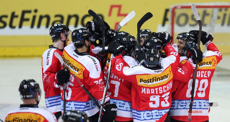 Switzerland's players celebrate after winning the game 4:3 during a test game Switzerland against Sweden in Arosa, Switzerland, Friday, April 11, 2014. (KEYSTONE/Arno Balzarini)