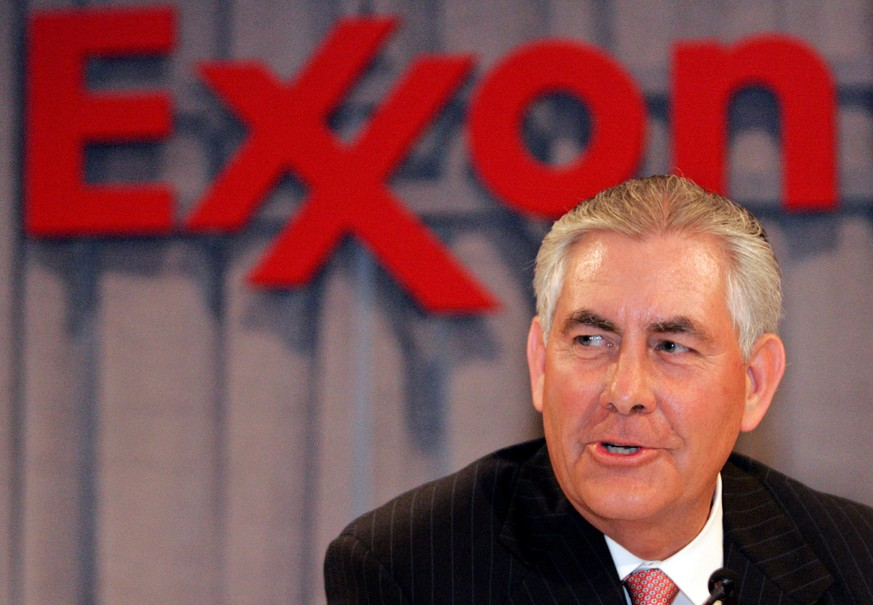 FILE PHOTO -  Chairman and chief executive officer Rex W. Tillerson speaks at a news conference following the Exxon Mobil Corporation Shareholders Meeting in Dallas, Texas, May 28, 2008.  REUTERS/Mike Stone/File Photo