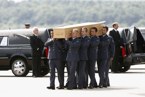 epa04331678 Soldiers carry coffins with the remains of some of the victims of the MH17 plane crash, at Eindhoven military airport, Netherlands, 26 July 2014. It is the fourth day that Dutch and Australian transport airplanes brought the remains from Charkov to the Netherlands, where the identification process will take place. Malaysia Airlines Boeing 777 flight MH17 with more than 280 passengers, including 194 Dutch passengers on board crashed in eastern Ukraine on 17 July.  EPA/VINCENT JANNINK