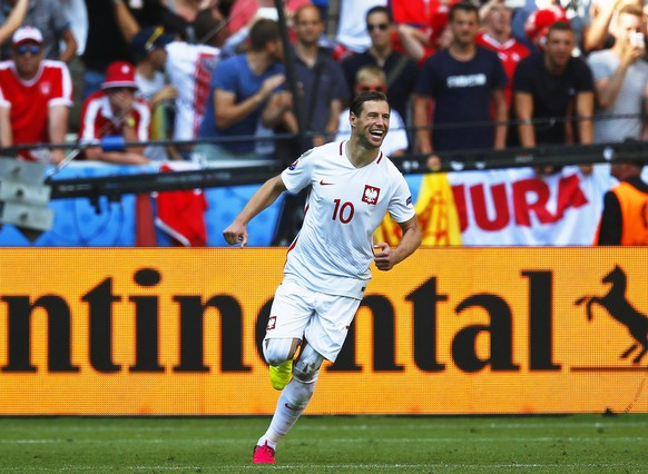 epa05390126 Poland's Grzegorz Krychowiak celebrates after scoring the decisive penalty during the penalty shootout of the UEFA EURO 2016 round of 16 match between Switzerland and Poland at Stade Geoffroy Guichard in Saint-Etienne, France, 25 June 2016. Poland won 5-4 on penalties.(RESTRICTIONS APPLY: For editorial news reporting purposes only. Not used for commercial or marketing purposes without prior written approval of UEFA. Images must appear as still images and must not emulate match action video footage. Photographs published in online publications (whether via the Internet or otherwise) shall have an interval of at least 20 seconds between the posting.)  EPA/YURI KOCHETKOV   EDITORIAL USE ONLY