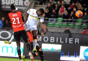 Sochaux' Zambian forward Emmanuel Mayuka (R) scores a goal despite of Rennes' Ghanaian defender John Boye (L) during the French L1 football match between Rennes and Sochaux on May 10, 2014, at the Route de Lorient stadium in Rennes, western France. AFP PHOTO/ JEAN-FRANCOIS MONIER