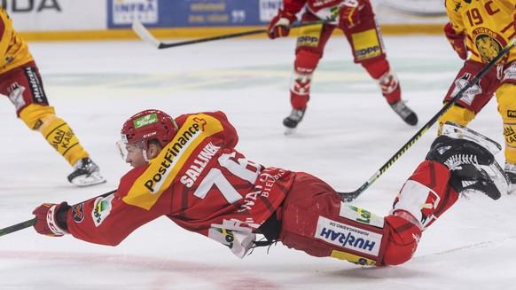 Biels Jere Sallinen wirft sich aufs Eis, beim Eishockey Meisterschaftsspiel der National League zwischen dem EHC Biel und SCL Tigers, am Samstag, 25. September 2021 in der Tissot Arena in Biel. (KEYSTONE/Alessandro della Valle)