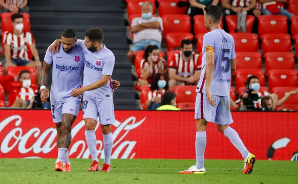 epa09424106 Barcelona's striker Memphis Depay (L) celebrates with his teammates after scoring the 1-1 tie during the Spanish LaLiga soccer match between Athletic Club de Bilbao and FC Barcelona at San Mames stadium in Bilbao, Basque Country, Spain, 21 August 2021.  EPA/Luis Tejido