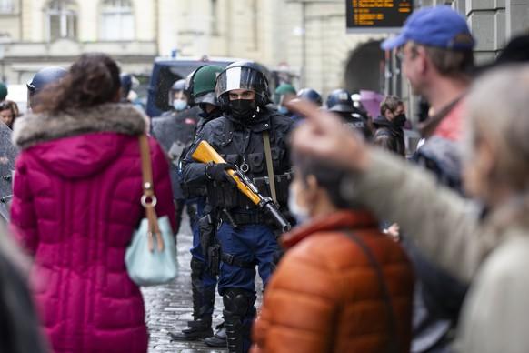 Polizisten sperren eine Strasse in der Naehe des Bundesplatzes ab, am Samstag, 15. Mai 2021, in Bern. Die Polizei hat die Umgebung um den Bundesplatz wegen einer erwarteten Demonstration gegen die Massnahmen im Zusammenhang mit dem Coronavirus abgesperrt. (KEYSTONE/Peter Klaunzer)