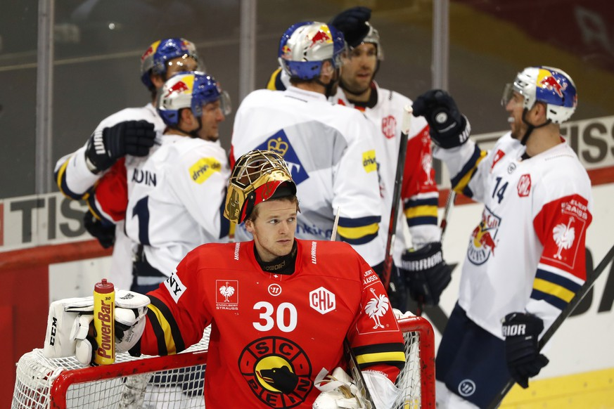 Bern's goalkeeper Leonardo Genoni looks on after Munich's Keith Aucoin, back left,  scored the 1-1 during the Champions Hockey League round of 16 match between Switzerland's SC Bern and Germany's Redbull Muenchen, in Bern, Switzerland, Tuesday, October 31, 2017. (KEYSTONE/Peter Klaunzer)