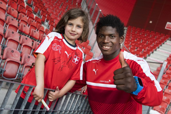 Swiss forward Breel Embolo, poses with a young fan during a training session of the Swiss soccer national team, at the Stadium Maladiere, in Neuchatel, Switzerland, Tuesday, May 30, 2017. Switzerland will play Belarus on June 1st in Neuchatel for a friendly soccer match on the side line of the 2018 Fifa World Cup group B qualification. (KEYSTONE/Jean-Christophe Bott)