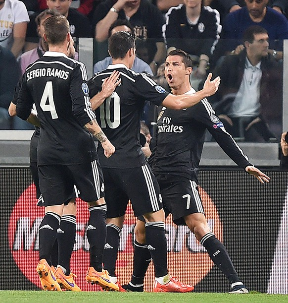 epa04734622 Real Madrid's Cristiano Ronaldo (R) jubilates with his teammates after scoring the 1-1 goal during the Uefa Champions League semifinal soccer match Juventus FC vs Real Madrid CF at the Juventus Stadium in Turin, Italy, 05 May 2015.  EPA/ALESSANDRO DI MARCO