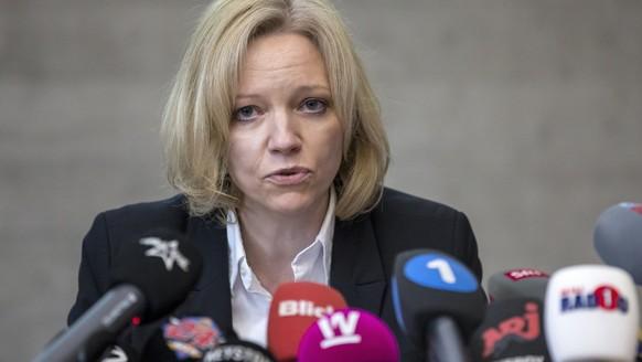 Barbara Loppacher, Leitende Staatsanwaeltin der Staatsanwaltschaft Lenzburg-Aarau, informiert wahrend der Medienkonferenz zum Toetungsdelikt Rupperswil vom 21. Dezember 2015, am Donnerstag, 18. Februar 2016, in Schafisheim. Der Vierfachmord von Rupperswil AG ist nach wie vor ungeklaert. Es sei niemand festgenommen worden, auch das Motiv des Gewaltverbrechens sei unklar, sagten die Behoerden vor den Medien. Zur Klaerung des Falls wurde eine Belohnung von 100'000 Franken ausgesetzt. (KEYSTONE/Alexandra Wey)