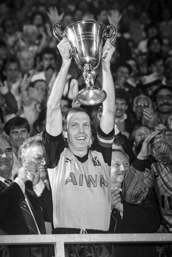 Jean-Marie Conz, Captain der Berner Young Boys, zeigt stolz den Meisterpokal, aufgenommen am 27. Mai 1986 im Wankdorf-Stadion in Bern bei der Meisterfeier nach dem letzten Spiel der Nationalliga A Saison gegen den FC Zuerich. YB ist Schweizer Fussballmeister. (KEYSTONE/Str)