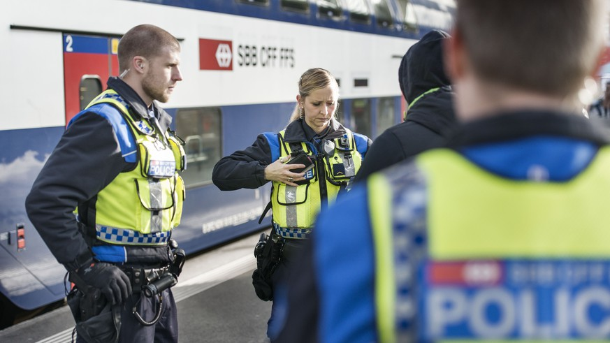 ZUR ARBEIT DER SBB TRANSPORTPOLIZEI STELLEN WIR IHNEN HEUTE, 11. MAERZ 2015, DAS FOLGENDE NEUE BILDMATERIAL ZUR VERFUEGUNG --- Officers of the Swiss Federal Railways transport police check the identity of a man at Zurich Main Station, Switzerland, pictured on January 28, 2015. (KEYSTONE/Christian Beutler)