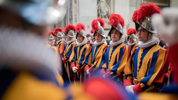 Rekruten der paepstlichen Schweizergarde nehmen am Sonntag, 6. Mai 2018 in der Peterskirche in Rom an der Messe teil, die der Vereidigung der neuen Schweizer Garde vorausgeht. (KEYSTONE/Ti-Press/Gabriele Putzu)