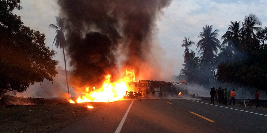 epa05906364 Two vehicles burn after a head-on collision on a highway near Feliciano in the southern state of Guerrero, Mexico, 13 April 2017.  At least 14 people were killed and 20 more injured when a passenger bus and a fuel-laden truck collided according to Michoacan State Firemen's Association (ABEM).  EPA/STR