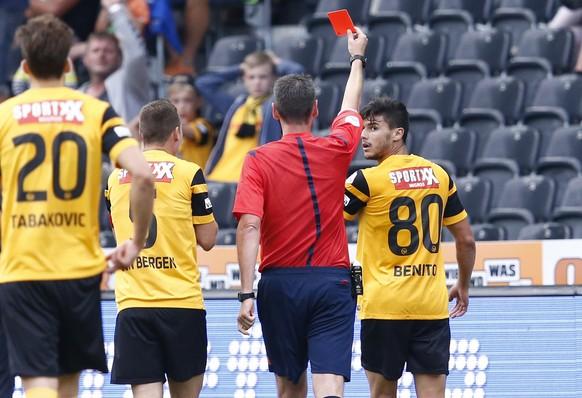 Schiedsrichter Nikolaj Haenni zeigt YBs Loris Benito, rechts, die rote Karte im Fussball Super League Spiel zwischen dem BSC Young Boys Bern und dem FC Luzern in Bern am Samstag, 25. Juli 2015. (KEYSTONE/Thomas Hodel)