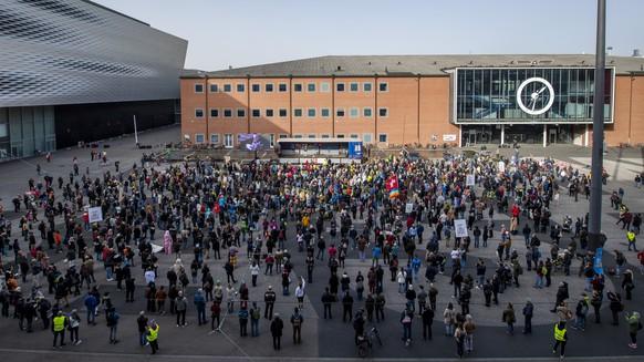 Teilnehmer an der Kundgebung fuer die Verhaeltnismaessigkeit der Corona-Massnahmen auf dem Messeplatz in Basel am 7. November, 2020. (KEYSTONE/Georgios Kefalas)