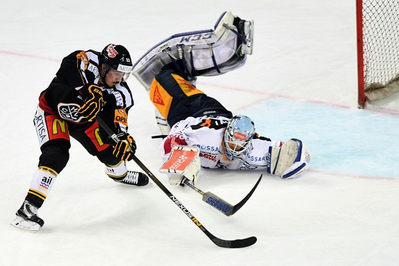 Lugano's player Alessio Bertaggia, left, fights for the puck with Zug's goalkeeper Tobias Stephan  right, during the preliminary round game of National League A (NLA) Swiss Championship 2016/17 between HC Lugano and EV Zug, at the ice stadium Resega in Lugano, Switzerland,  Friday, October 14, 2016. (KEYSTONE/Ti-Press/Samuel Golay)