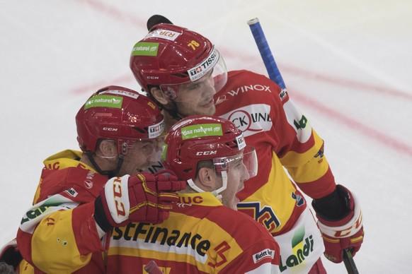 Biels Mathieu Tschantre, Marc-Antoine Pouliot und Kevin Fey, von links, feiern ihren Treffer zum 1:0 im Eishockey Meisterschaftsspiel der National League zwischen dem EHC Biel und dem EHC Kloten, am Samstag, 14. Oktober 2017, in der Tissot Arena in Biel. (KEYSTONE/Peter Schneider)