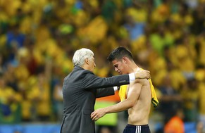 Colombia's coach Jose Pekerman consoles Colombia's James Rodriguez after the 2014 World Cup quarter-finals between Brazil and Colombia at the Castelao arena in Fortaleza July 4, 2014. REUTERS/Marcelo Del Pozo (BRAZIL  - Tags: TPX IMAGES OF THE DAY SOCCER SPORT WORLD CUP)