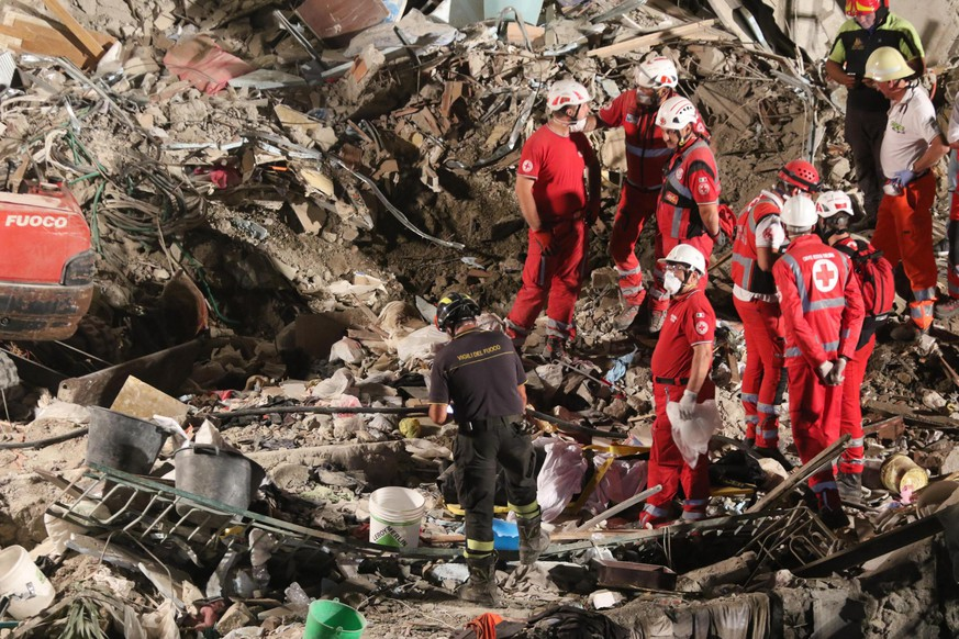 epa06074384 Rescuers at work amid the rubble of a building that collapsed in Torre Annunziata, near Naples, southern Italy, 07 July 2017. Torre Annunziata Mayor Vincenzo Ascione said seven people were missing, including two children, after an apartment building collapsed in the southern city near Naples.  EPA/CESARE ABBATE