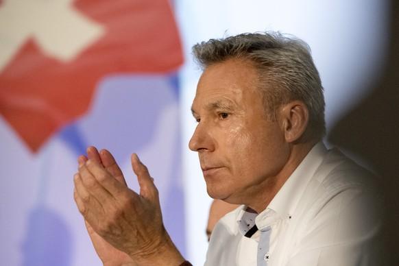 Nationalrat Adrian Amstutz applaudiert an der Delegiertenversammlung der Schweizerischen Volkspartei (SVP) in der Mehrzweckhalle Stutz in Lausen, am Samstag, 24. Juni 2017. (KEYSTONE/Georgios Kefalas)