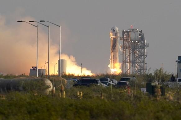 Amazon-Gründer Jeff Bezos ist nach einem Kurz-Ausflug ins Weltall wieder sicher auf der Erde gelandet.