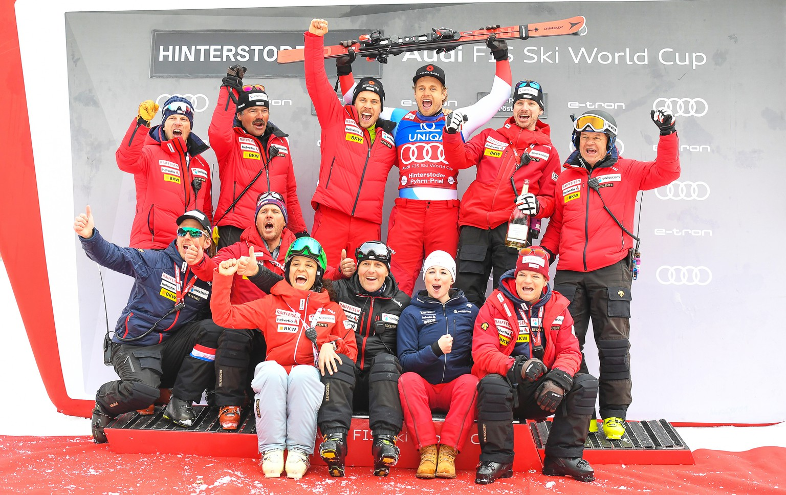 epa08259190 Mauro Caviezel (C) of Switzerland celebrates with team members after taking the second place in the men's Super G race of the FIS Alpine Skiing World Cup in Hinterstoder, Austria, 29 February 2020.  EPA/EXPA/ERICH SPIESS
