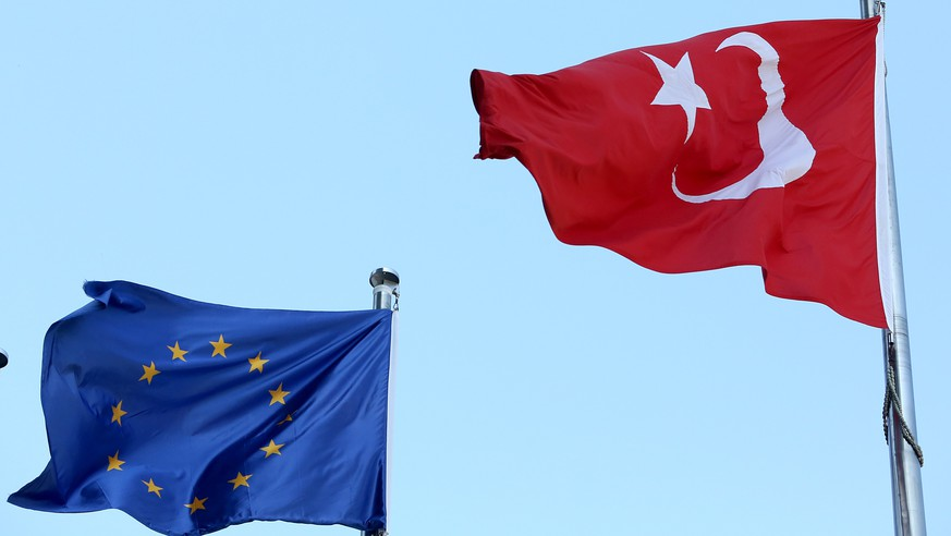 epa06191790 Turkish national flag flying close to the European Union flag in Istanbul, Turkey, 08 September 2017. After the German elections television debate between Merkel and Social Democrat challenger Martin Schulz on 03 September, Turkish President Recep Tayyip Erdogan accused them of 'bowing down to populism and prejudice' after both said they would seek an end to membership talks between the EU and Turkey.  EPA/ERDEM SAHIN