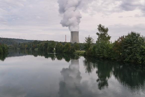 """ZUR MELDUNG, DASS AKW AUCH WAEHREND IHRER STILLEGUNGSPHASE """"GEFAEHRLICH"""" BLEIBEN, STELLEN WIR IHNEN FOLGENDES BILDMATERIAL ZUR VERFUEGUNG - The cooling tower of the Goesgen nuclear power plant at the Aare river, photographed in Obergoesgen, in the Canton of Solothurn, Switzerland, on October 14, 2016. (KEYSTONE/Christian Beutler)  Im Hintergrund der Aare stroemt aus dem Kuehlturm des Kernkraftwerks Goesgen Dampf aus, aufgenommen am 14. Oktober 2016, in Obergoesgen. (KEYSTONE/Christian Beutler)"""
