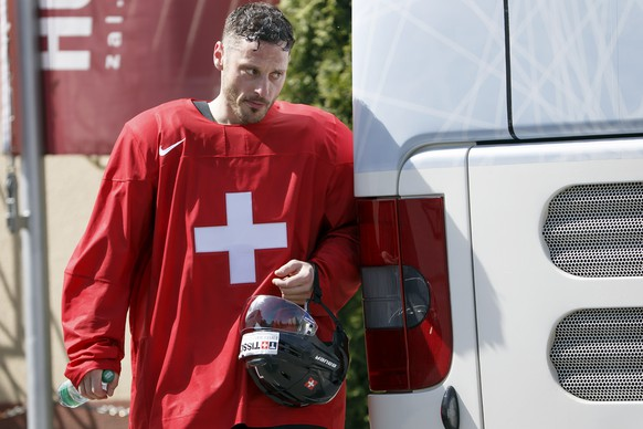 Switzerland's Mark Streit returns in the team bus after a training session, at the IIHF 2015 World Championship, at the Tipsport Arena, in Prague, Czech Republic, Friday, May 8, 2015. (KEYSTONE/Salvatore Di Nolfi)